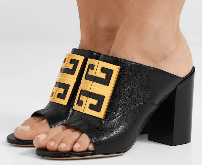 These supple black leather mules are topped with the polished '4G' plaque