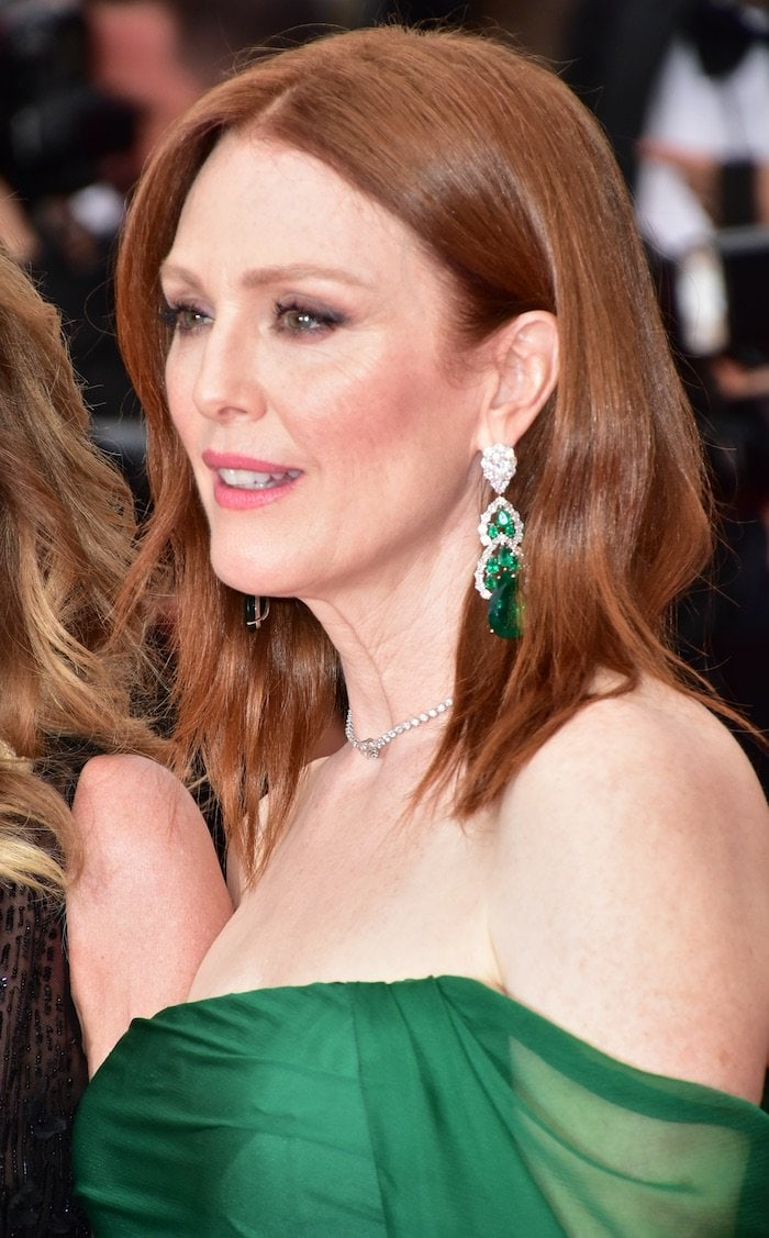 Julianne Moore's high-jewelry Chopard earrings with pear-shaped emeralds totaling 48.84 carats