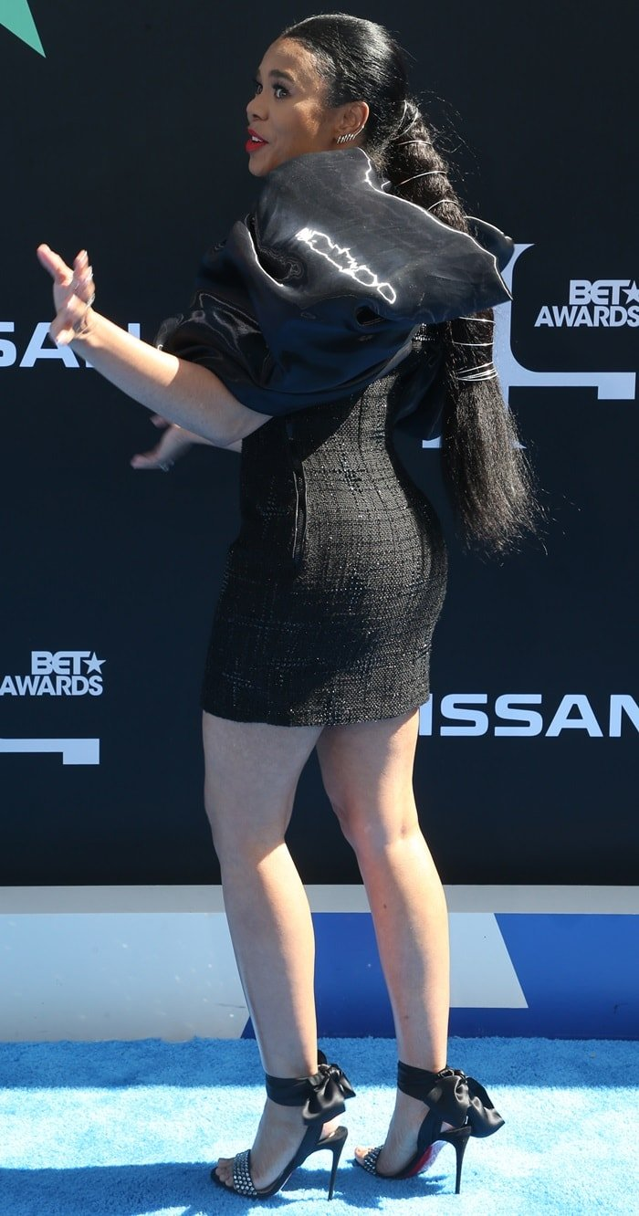 Regina Hall parades her sexy legs on the blue carpet at the 2019 BET Awards