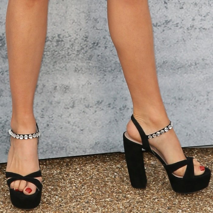 Suki Waterhouse's bent toes in black platform sandals that were way too small