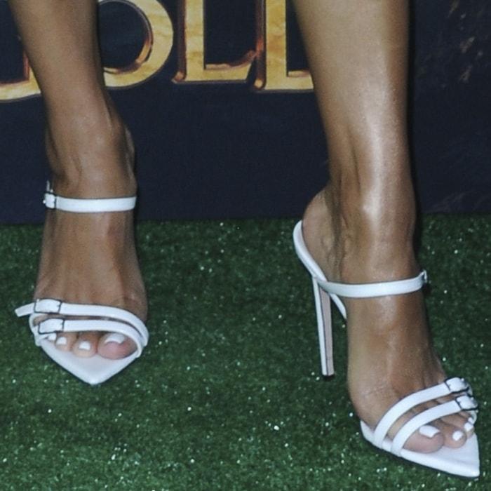 Eva Longoria showed off her feet in white Dea mules from Oscar Tiye