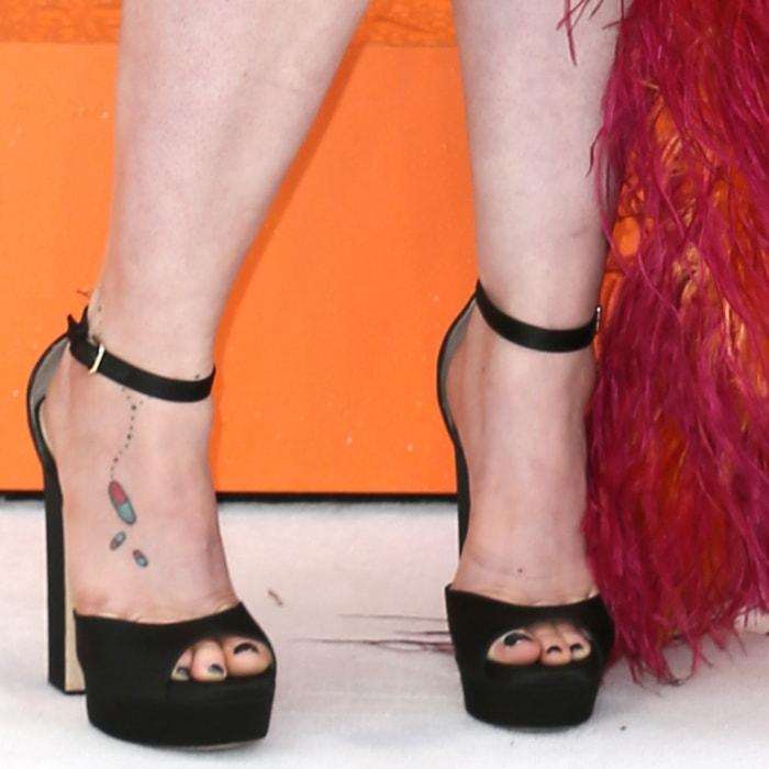 Lena Dunham showed off her feet in black platform sandals
