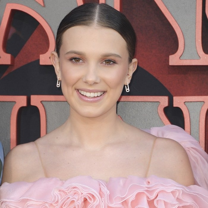 Millie Bobby Brown shows off her Move Addiction earrings in 18-carat white gold
