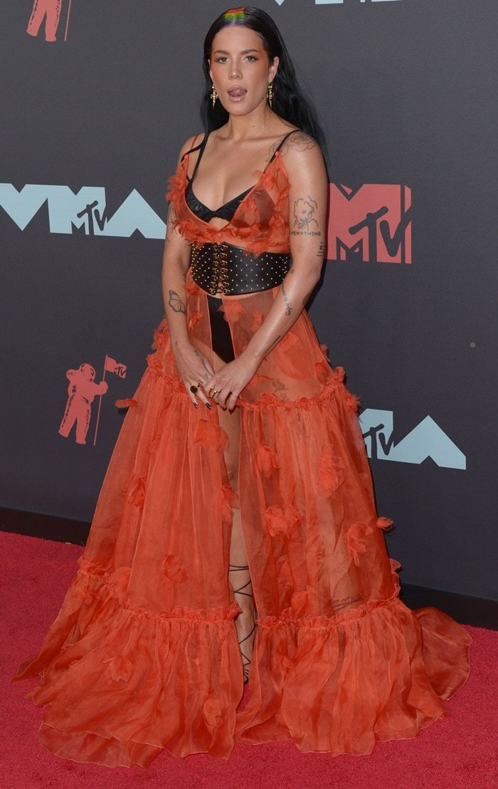 """The """"kind of naked"""" Halsey plays with her tongue at the 2019 MTV VMAs"""