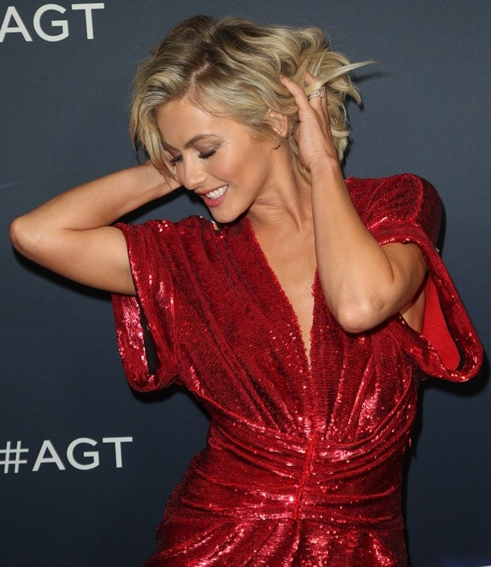 Julianne Hough's shoulder-length blonde hair at a live taping of America's Got Talent