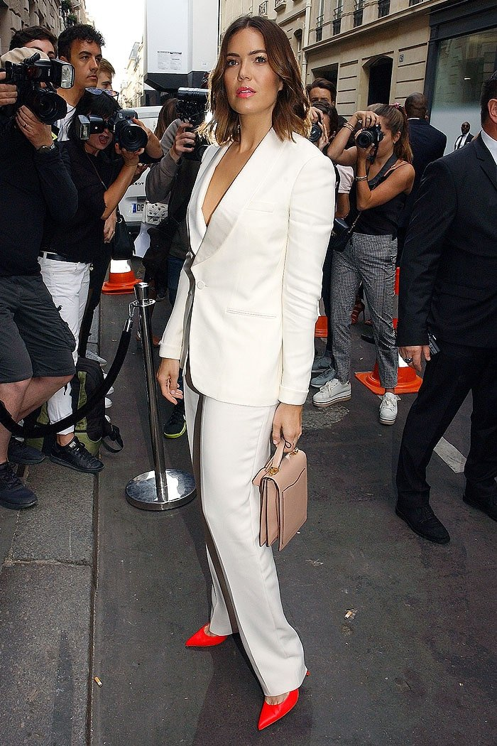 Mandy Moore in a white suit and hot pink pumps