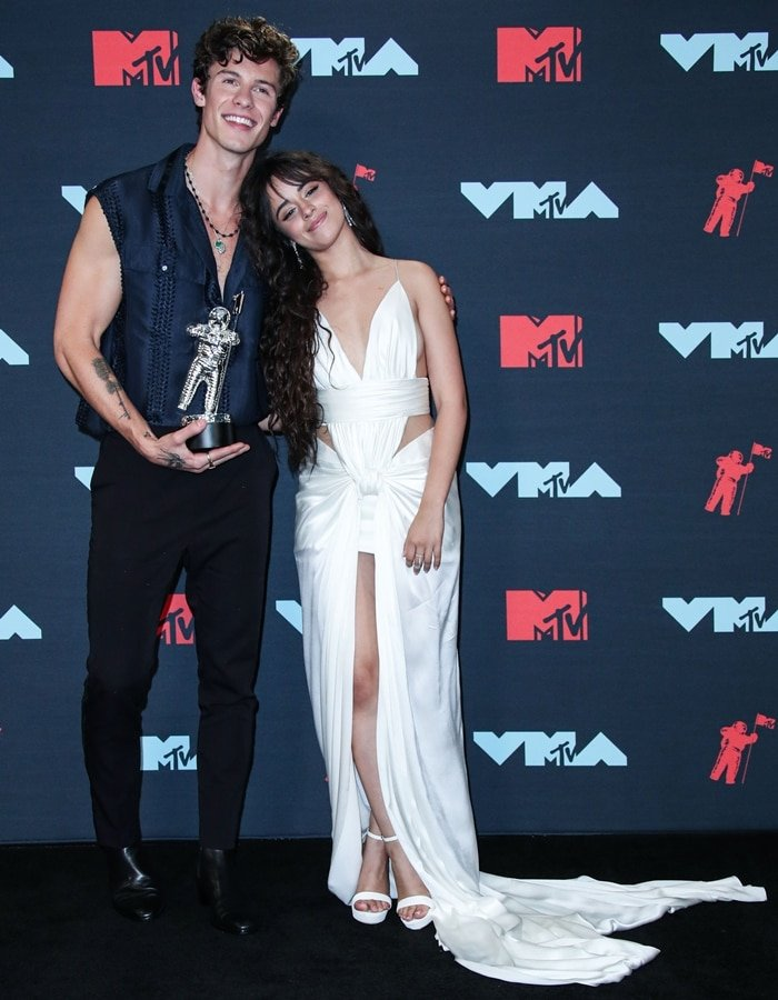 Shawn Mendes posing with his short girlfriend Camila Cabello at the 2019 MTV Video Music Awards