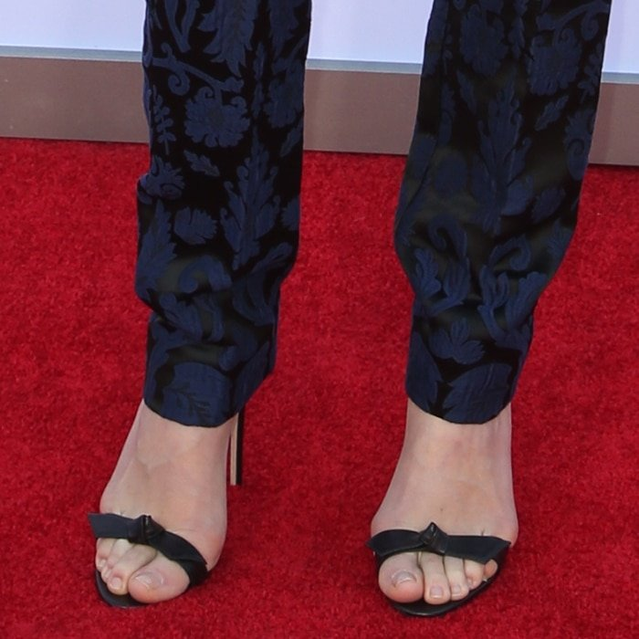 Yvonne Strahovski displayed her hot toes and feet in bow-embellished shoes