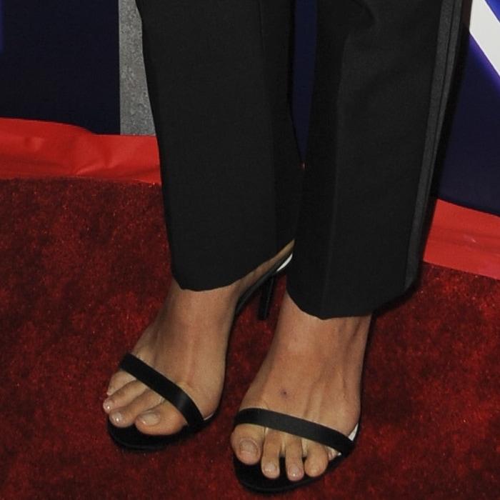 Natalie Portman showed off her feet in black heels
