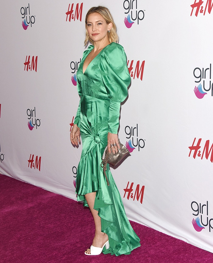 Kate Hudson is hard to miss in a green satin Hellessy gown