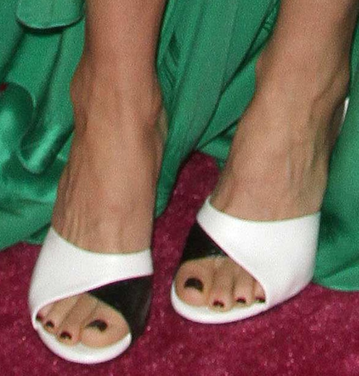Kate Hudson puts her feet on display in Tamara Mellon black and white slide sandals