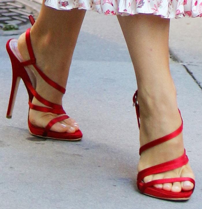Natalie Portman shows her pretty feet in red Dior sandals