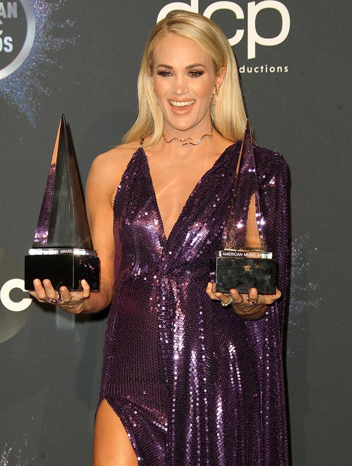 Carrie Underwood shows off her Female Country Artist and Favorite Country Album awards