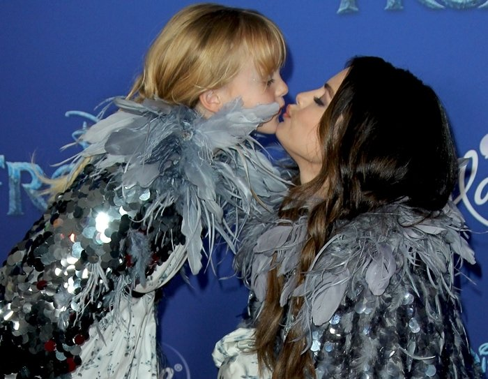 Gracie Elliot Teefey gives her big half-sister Selena Gomez a kiss at the premiere of Frozen 2