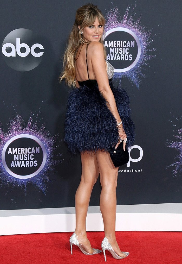 Heidi Klum puts on a leggy display at the 2019 American Music Awards held at The Microsoft Theater in Los Angeles on November 24, 2019