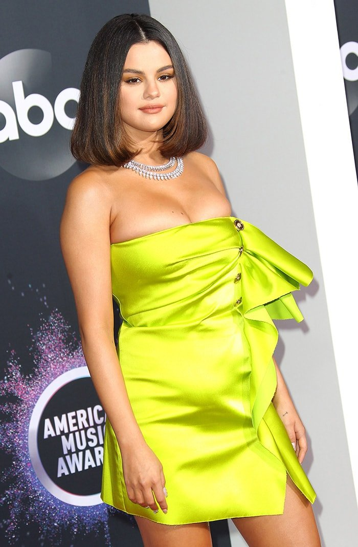 Selena Gomez wears earth-toned makeup with retro blow-dried hairstyle