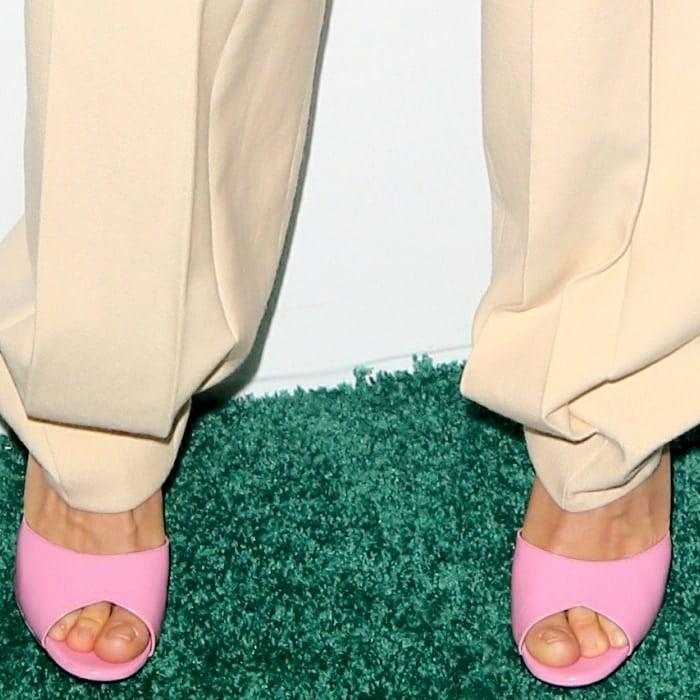 Sienna Miller's sexy feet in bubblegum pink slide sandals