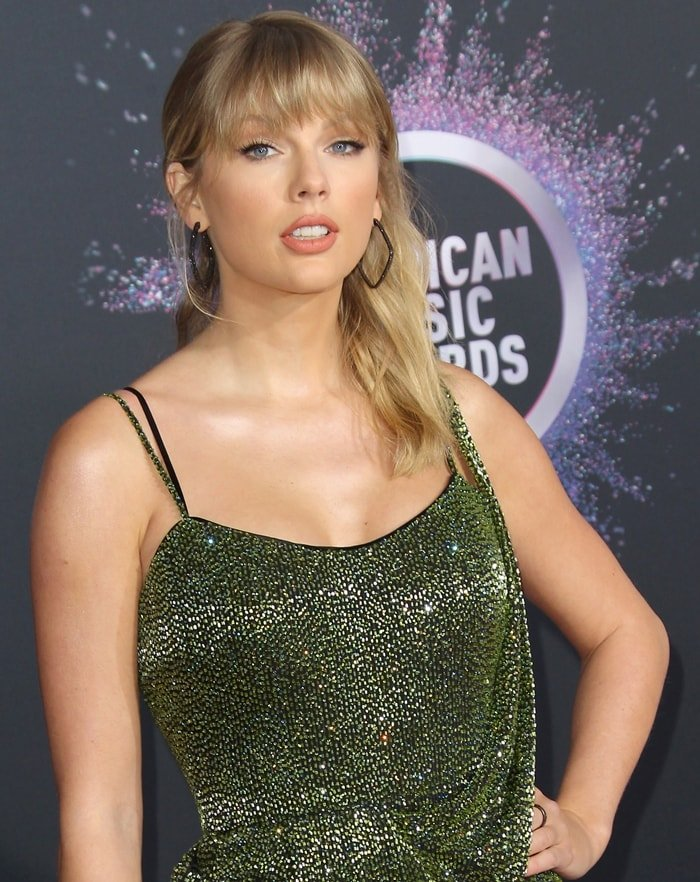 Taylor Swift rocked geometric earrings at the 2019 American Music Awards