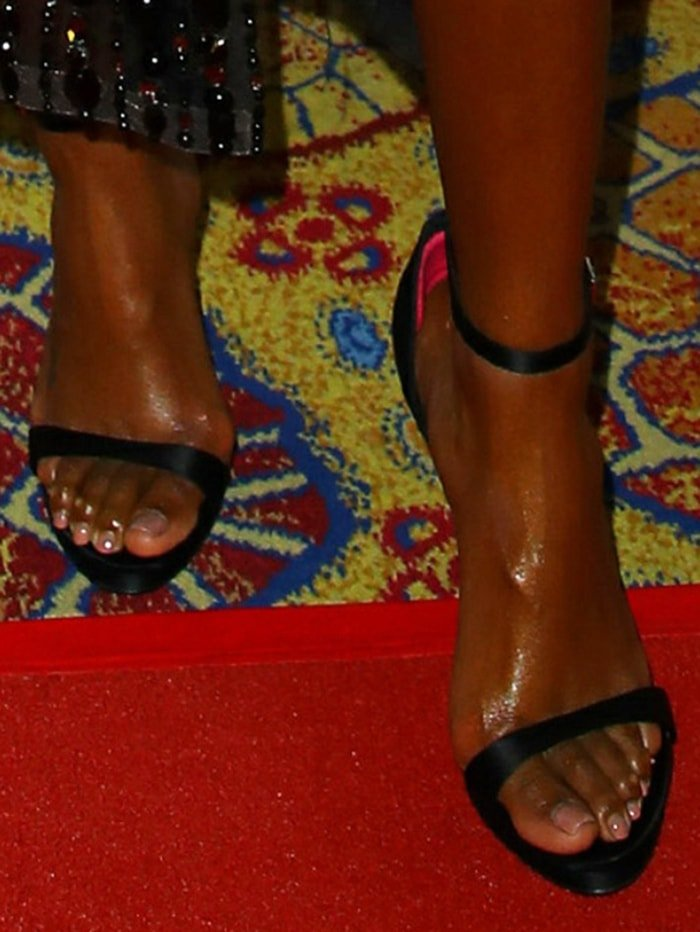 Kelly Rowland displayed her feet in Versace sandals