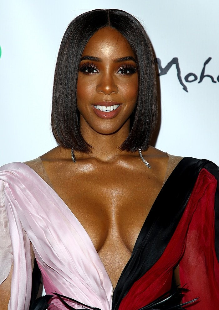 Kelly Rowland wears straight, center-parted locks with glittery smoky eye-makeup and nude lip gloss