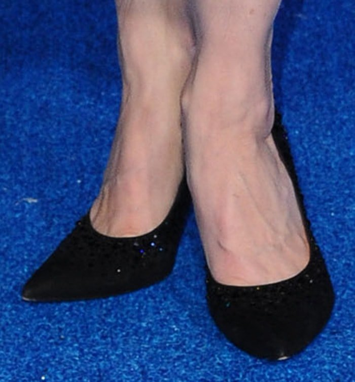 Marin Hinkle keeps her shoe choice simple with Stuart Weitzman pumps