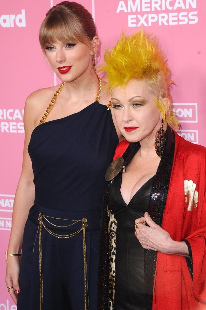 Taylor Swift walked the carpet with the legendary American singer Cyndi Lauper