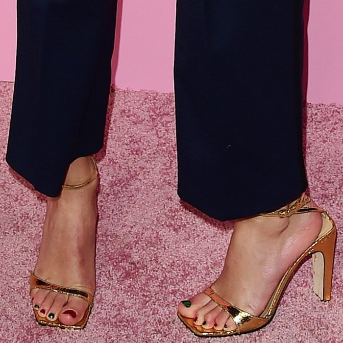 Taylor Swift's sexy feet in Sergio Rossi Sr1 sandals