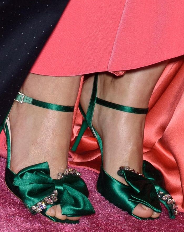 Rose Byrne showed off her feet in green satin sandals