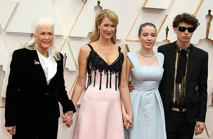 Laura Dern with her mom, Diane, and her children, Jaya and Ellery, at the 2020 Academy Awards