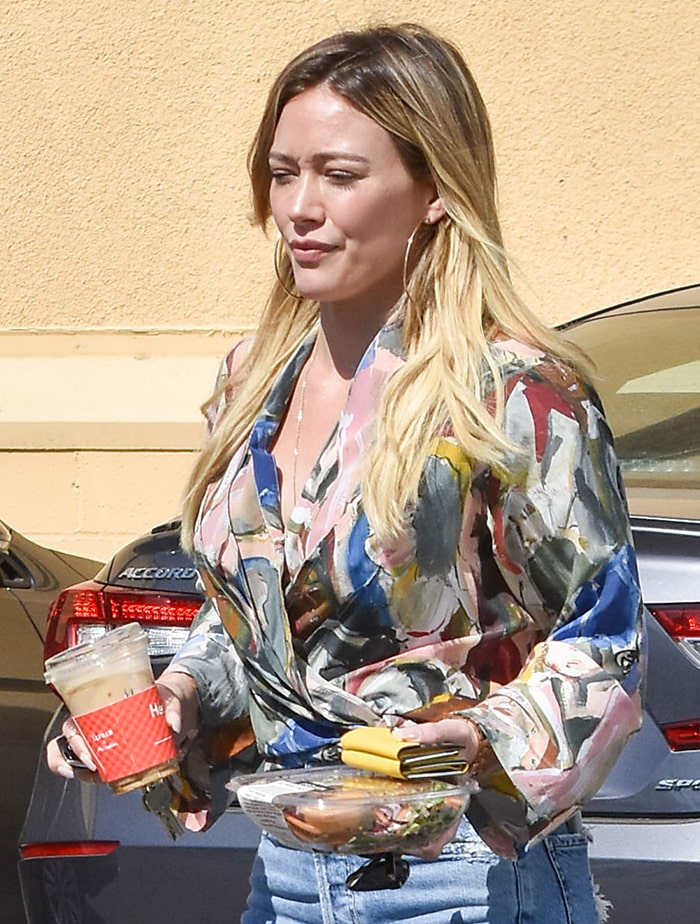 Hilary Duff wears natural makeup-look while on a coffee run