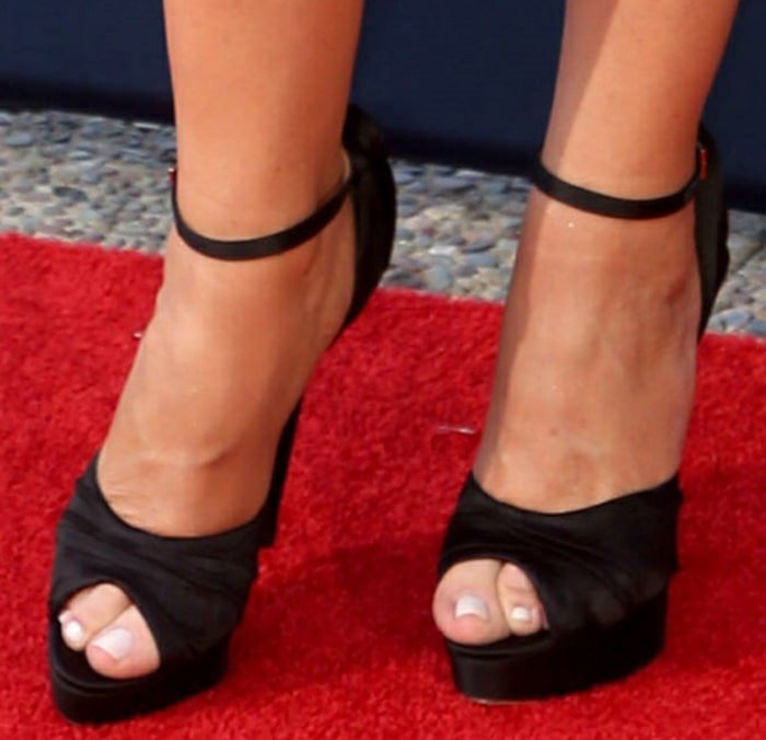 Sofia Vergara displays her toes in sexy peep-toe sandals