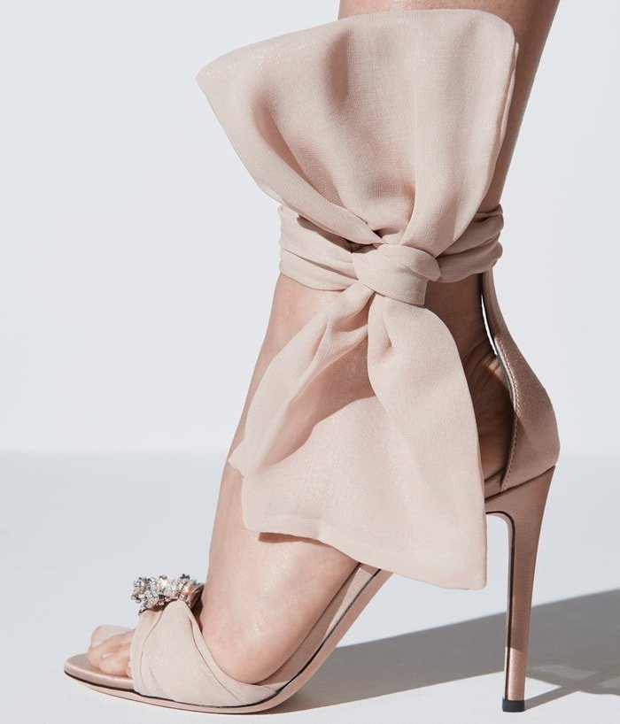 These high heel, powder pink chiffon and satin sandals feature a single front strap embellished by a vintage crystal accessory, and feature the maxi 'Bow' accessory on the side