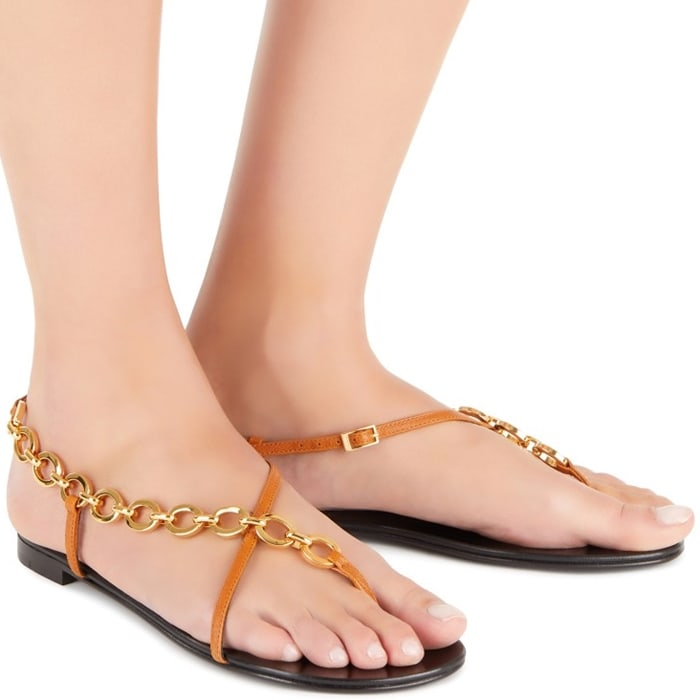These flat summer sandals are embellished by a chain connecting the leather straps