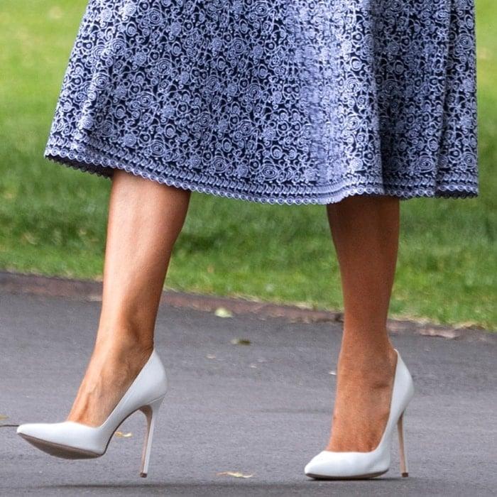 Melania Trump showed off her feet in white Manolo Blahnik pumps