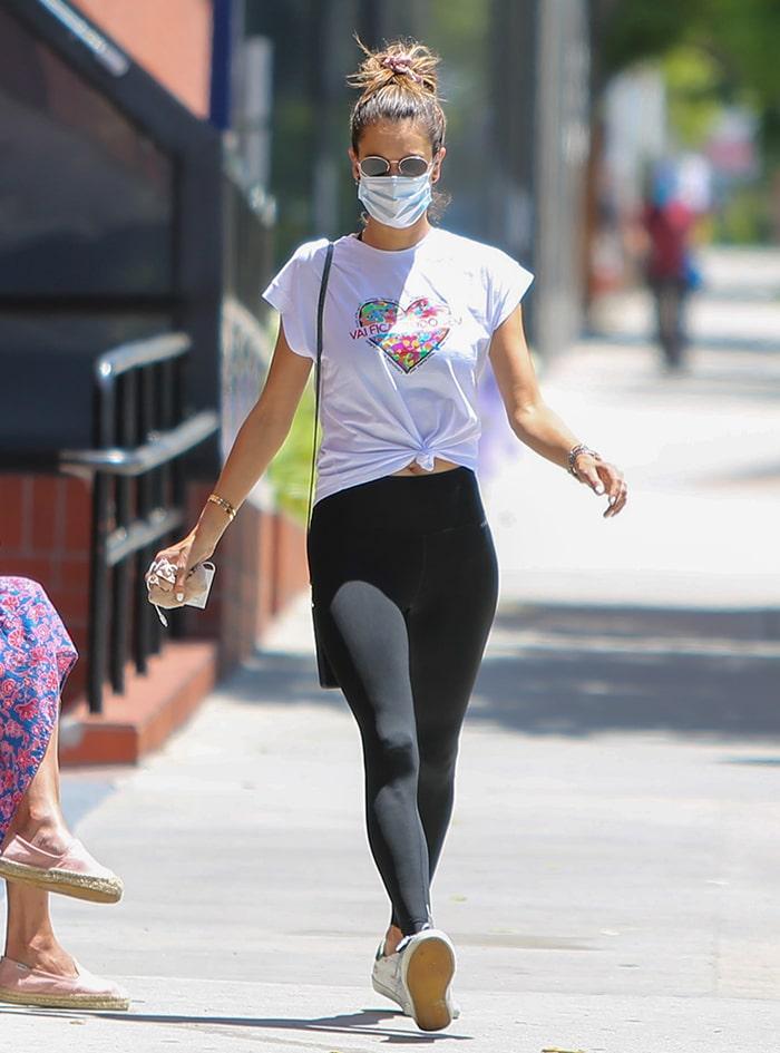 "Alessandra Ambrosio rocks Iorane's ""Vai Ficar Tudo Bem"" tee while heading to the gym for Pilates class"