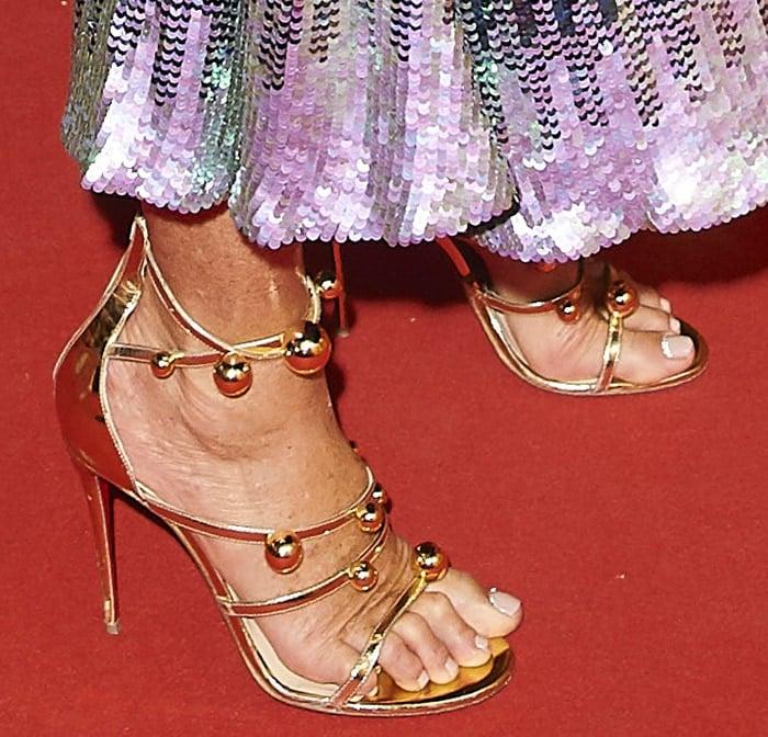 Elle Macpherson wears size 12 sandals