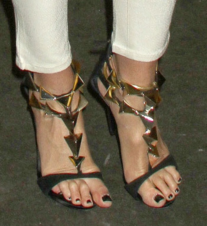 Elle Macpherson's long toes slightly hang from her sandals