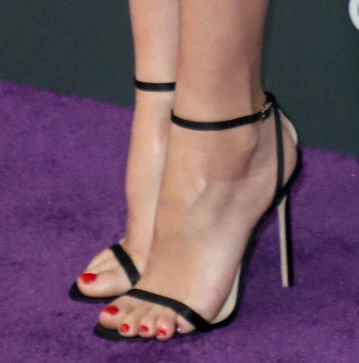 Gwyneth Paltrow's big feet in classic black heels