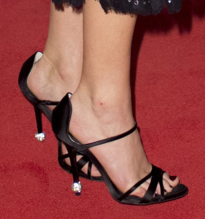 Jennifer Lawrence's big feet in Roger Vivier size 10.5 sandals