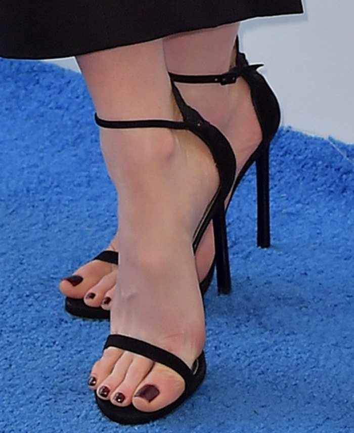 Kate Beckinsale's showcases her big but sexy feet in a pair of black sandals