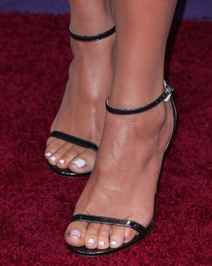 Khloe Kardashian's pedicured toe nails and sexy big feet