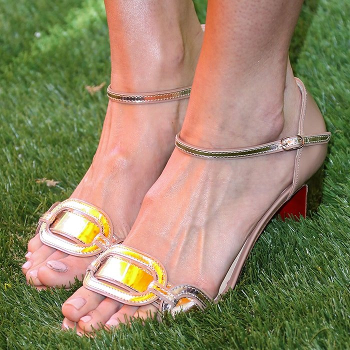Mandy Moore's bony big feet in Christian Louboutin Valparaiso sandals
