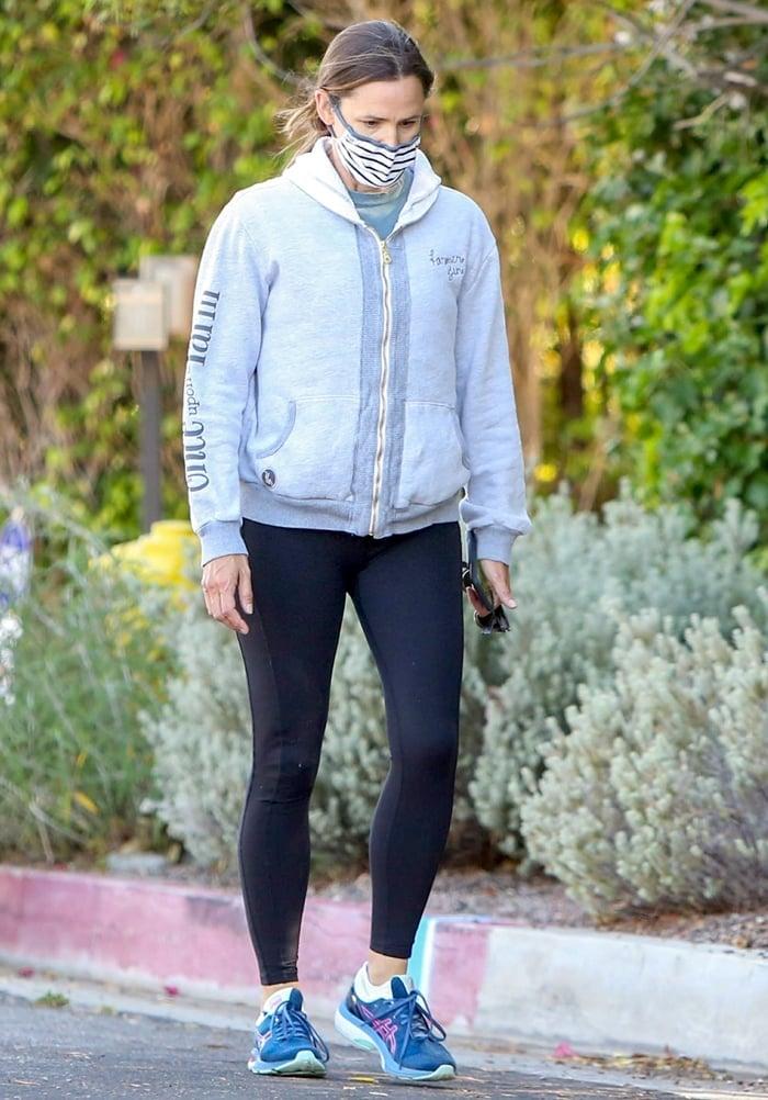 Jennifer Garner pairs black leggings with neon mako blue/hot pink Asics Gel-Kayano 27 running shoes