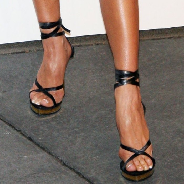 Victoria Beckham's feet are shoe size 7 (US) / (37 EU)