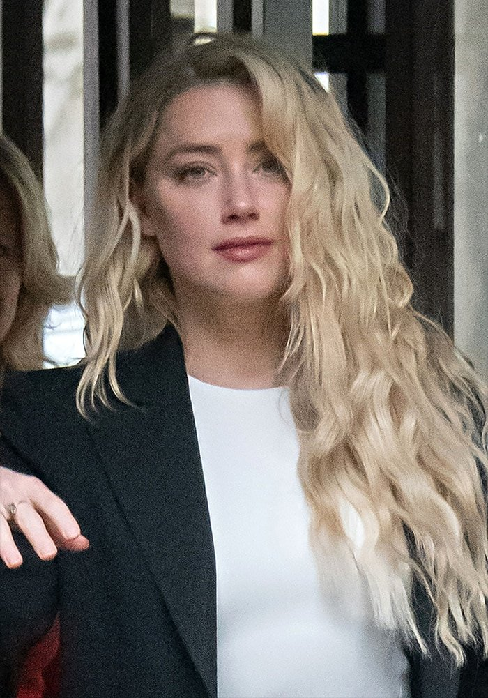Amber Heard wears soft pink makeup with her naturally curly hair down