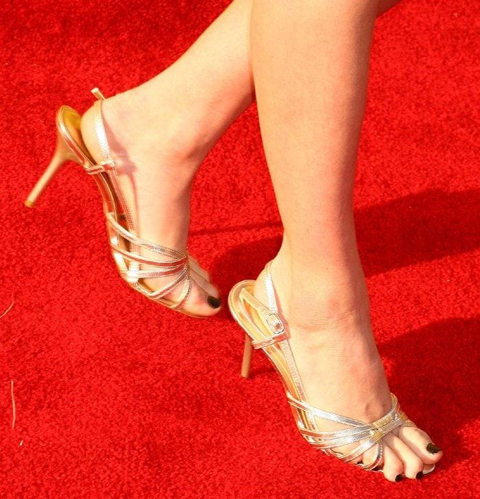 Elisha Cuthbert's size 5 feet suffer toe overhang in gold sandals