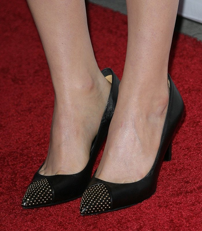 Ellen Page wears pumps bigger than her small size 6 feet