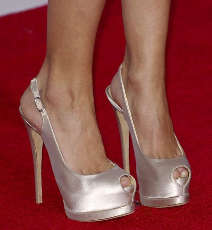 Hayden Panettiere's size 5 feet look cramped in her platform slingback pumps