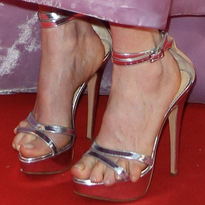 Julianne Moore's feet are shoe size 7.5 (US)