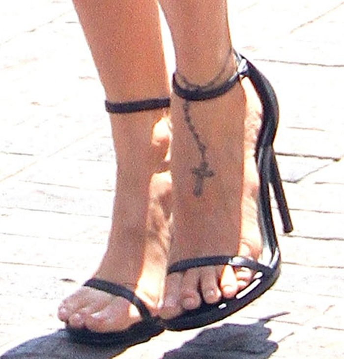 Nicole Richie's shows off her small feet and rosary foot tattoo